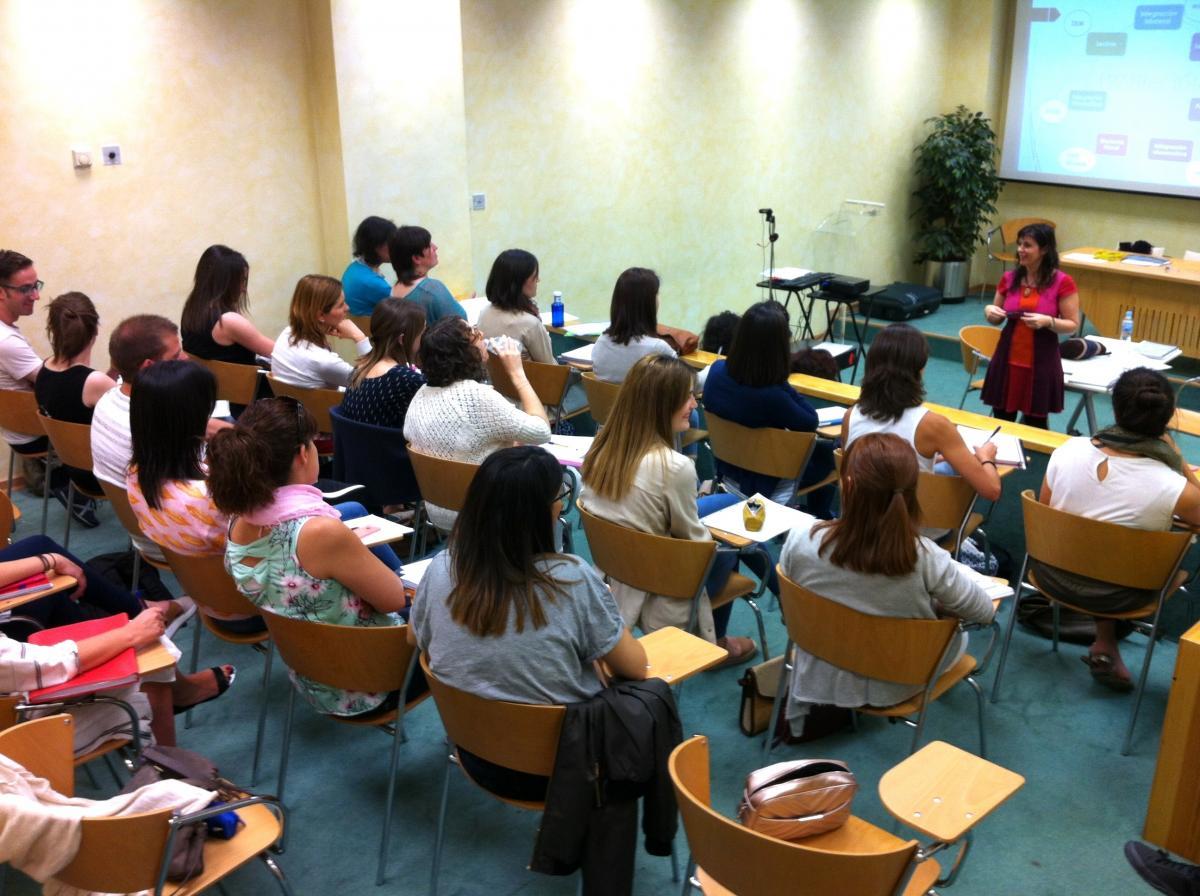 Explicaciones durante el seminario de clausura del curso Experto Universitario en Optometría Clínica.