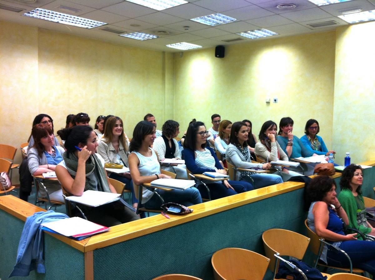 Alumnos atendiendo las explicaciones del profesorado en la clausura del curso Experto Universitario en Optometría Clínica.