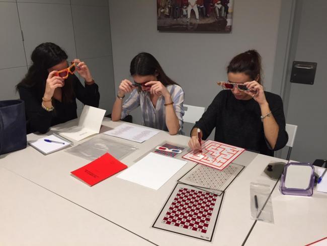 Alumnos durante las prácticas de terapia y rehabilitación visual.